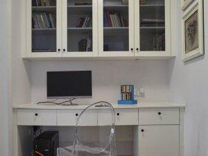 简约白色小型书柜装修效果图 玻璃门书柜图片
