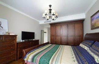 美式古典风卧室衣柜效果 棕色实木衣柜图片
