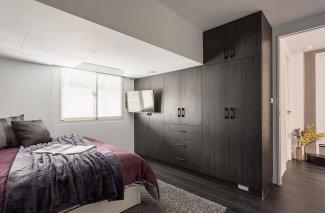 主卧深色大衣柜装修效果图 整体平开门衣柜设计图