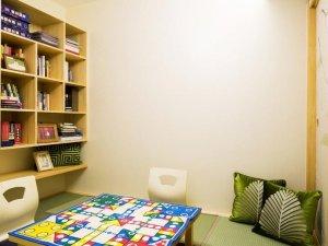 小型客房书柜装修效果图 开放式原木书柜图片