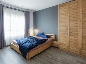 小户型温馨卧室大衣柜效果图 原木衣柜平开门效果图